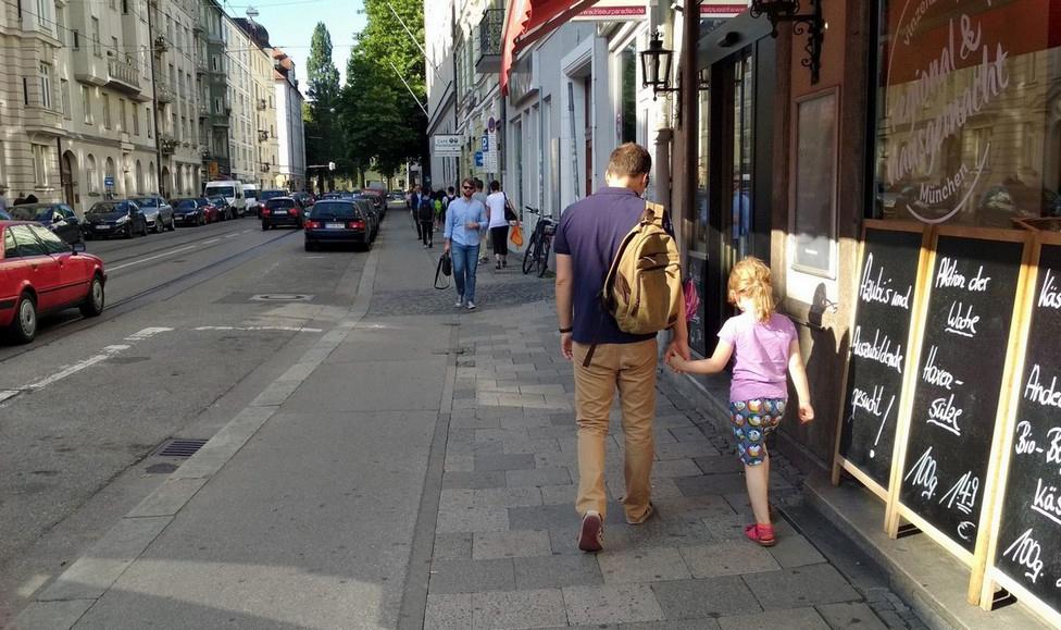 Usporedba s Koprivnicom. Nitko ne hoda po biciklističkoj stazi.