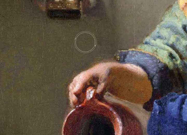 prikaz male rupice iznad sluškinjine desne ruke
